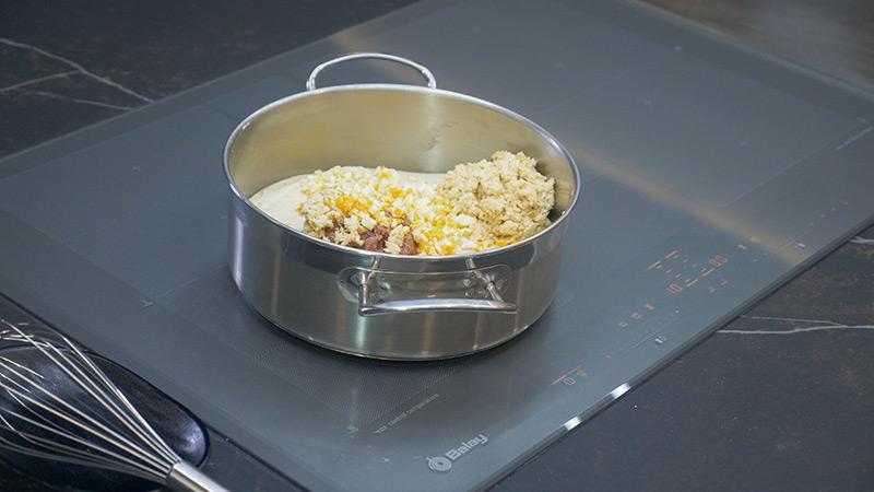 Añade la pechuga, el jamón y el huevo duro