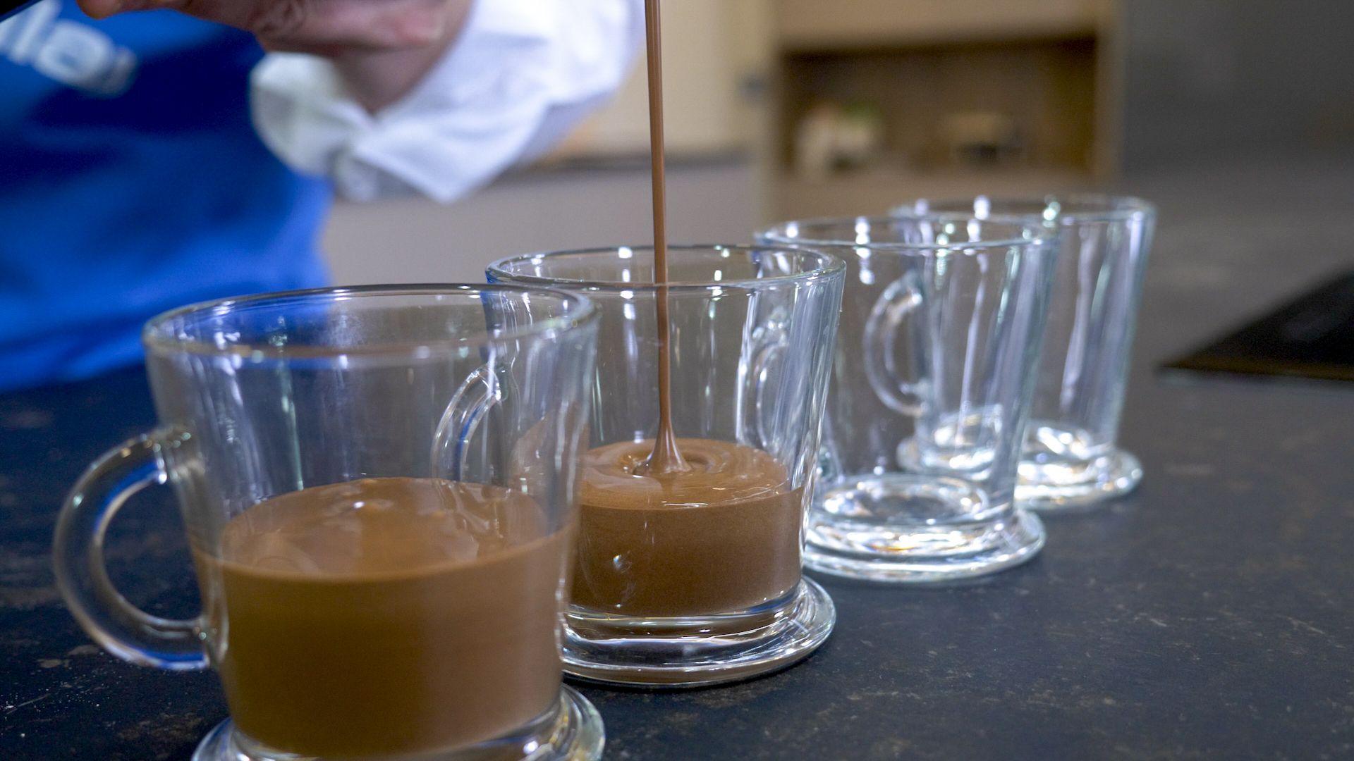 Vierte la mezcla en los vasitos para microondas